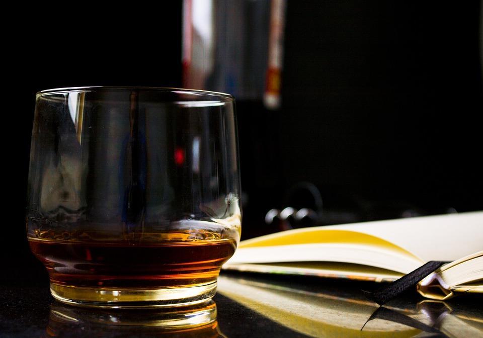 Whisky zcolą – czy tak powinno się ją pić?