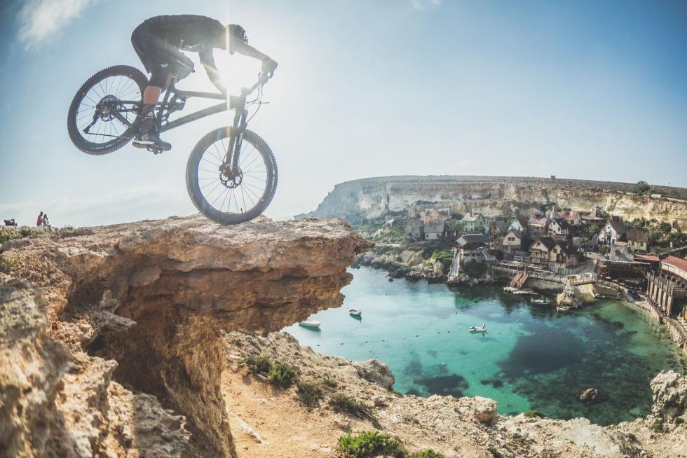 David Cachon rozkręca swoje rowerowe przygody. Wnajnowszym klipie szaleje na Malcie