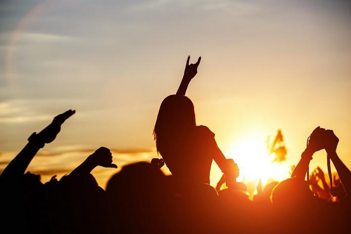 Zakończ lato wodprężających rytmach Sunsets Session zCoroną