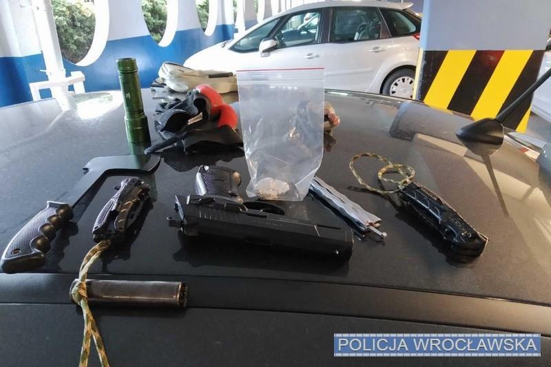 W samochodzie mieli noże, toporek ireplikę broni…