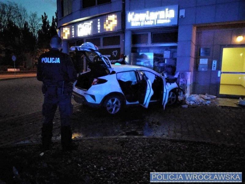 Pijany kierowca uderzył wbudynek