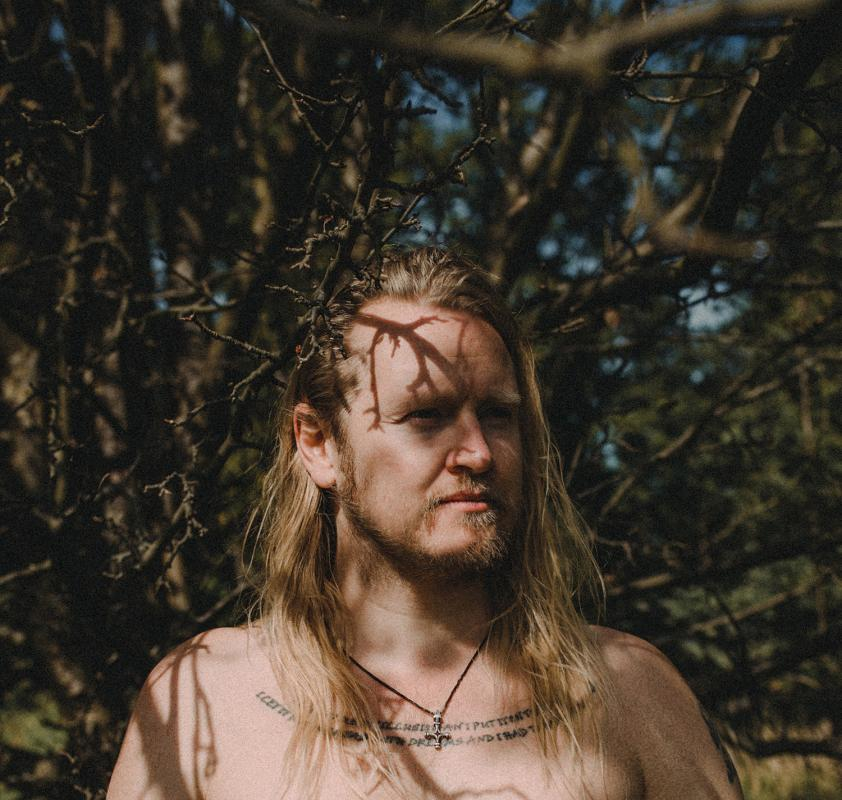 Ragnar Ólafsson (Islandia) wStarym Klasztorze - granie na poduchach